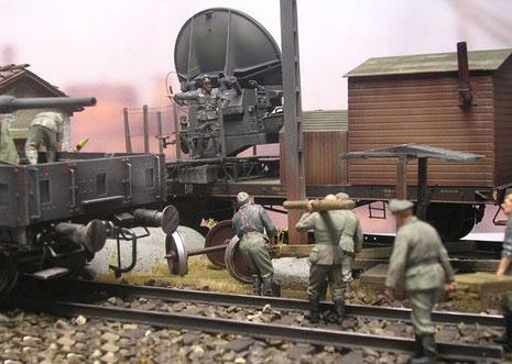 Soldaten bringen weitere Ausrüstung über die Gleise zu den Waggons..