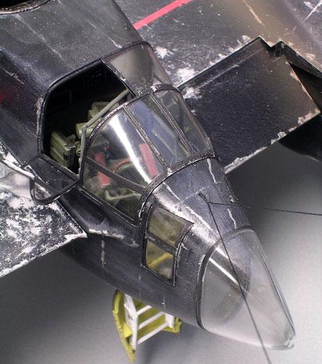 Geöffnete Fensterluken lassen den Durchblick auf die Cockpitbereiche überall zu.