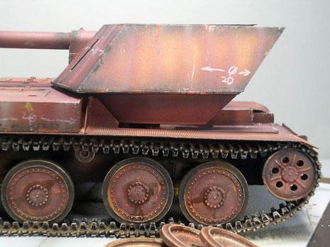 Markierungen der Panzerplattenproduktion sind auf vielen Flächen zu erkennen.