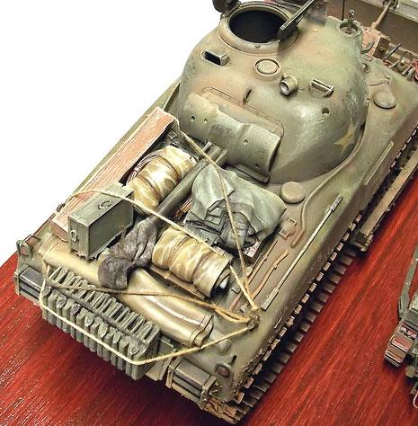 Das bepackte Sherman-Heck: Ersatzkanister und persönliche Ausrüstung der Besatzung.