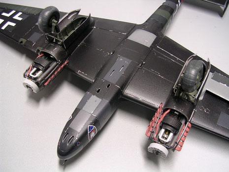 Gesamte Unterseite: in der Rumpfmitte die Auswurföffnungen der Bug-MGs.