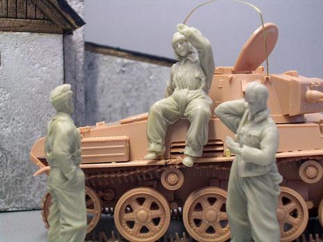 Markant bei den ungarischen Panzersoldaten sind ihre relativ fülligen Overalls und ihr Lederhelm.