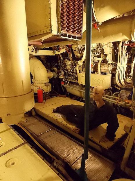 E-Maschinenraum: links einer der E-Maschinen, in der Mitte die Hilfsmaschine für die interne Stromversorgung.
