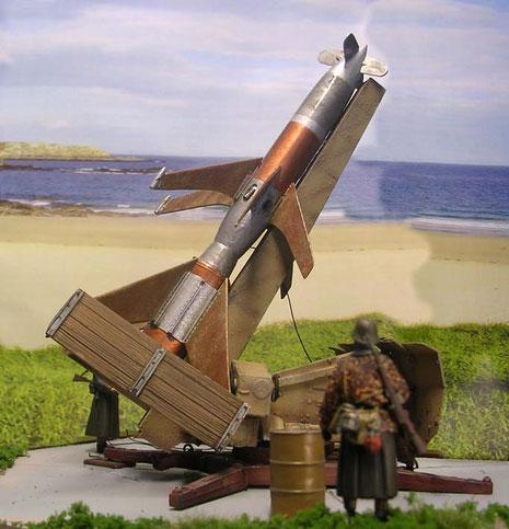 Hier werden die hölzerne Trag- und Stabilierungsflächen deutlich-nur der eigentliche Raketenkörper war aus den so wertvollen Rohstoffen.