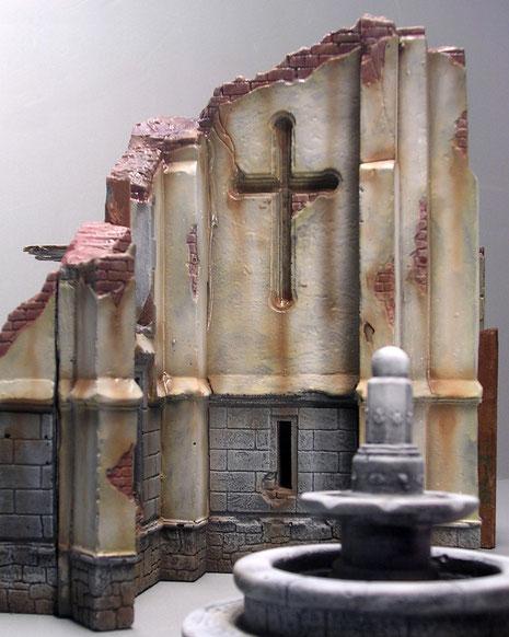 Ein großes Kreuz ziert das Seitenschiff.