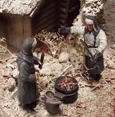 Glühende Kohlen im Eisenfass sollen das Essen aufwärmen.