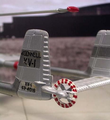 Seitensteuerung durch kleine Propellerschrauben an dem hinteren Leitwerk.