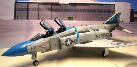 Die beiden Cockpithauben sind in offen dargestellt, um den Blick ins Cockpit zu ermöglichen.