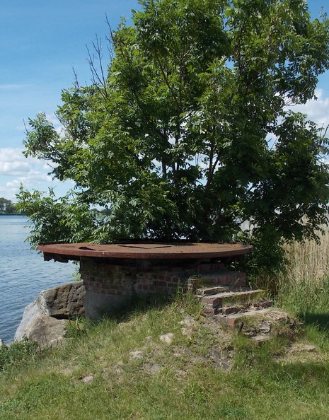 An den Ufern die Lager der Brückenzufahrten.