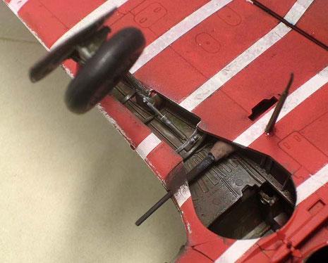 Gealterter Fahrwerksschacht zeigt, wie die Tragflügelkanone durch den Schacht geführt wurde.