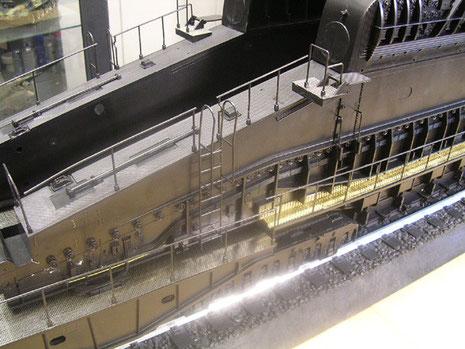 Hier sind die goldfarbenen Ätzeilbleche von Aeronaut als Ersatzplattformen deutlich sichtbar.