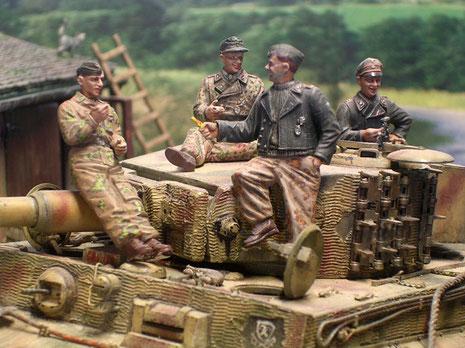 Die Besatzung in ihrer bunten Mischung aus schwarzen Panzeruniformteilen und dem tpischen Flecktarn der späten Kriegsjahre.