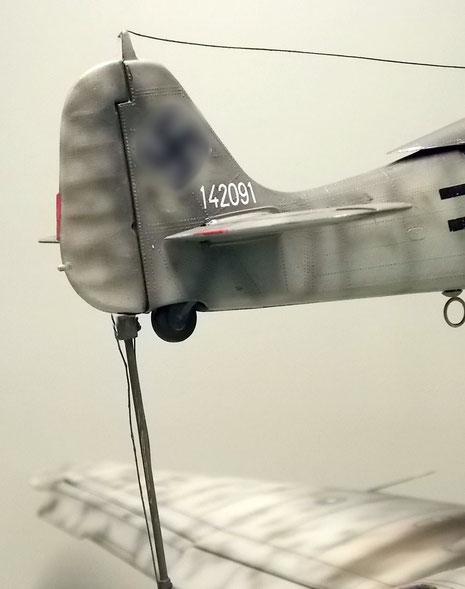 Das Heck der FW 190 ruht auf einem Stützstab mit entsprechender Verkabelung.