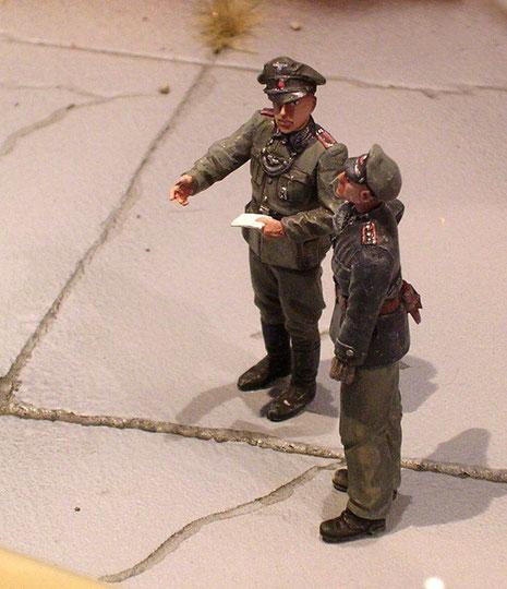 Leitende Offiziere überwachen  den Betankungsvorgang.