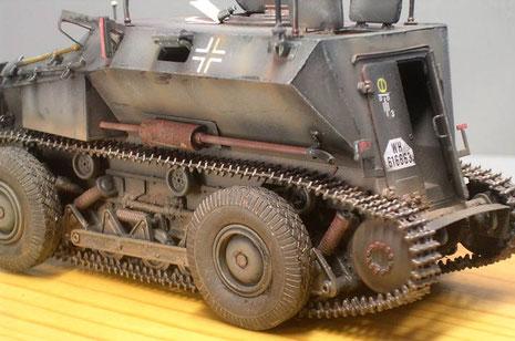 Links am Panzeraufbau die lange Auspuffanlage.