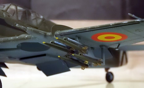 20mm-Hispano-Kanonen in den Flügeln, Außenlasten mit ungelenkten Raketen (beachte Ätzteil der Steuerungsflügel)