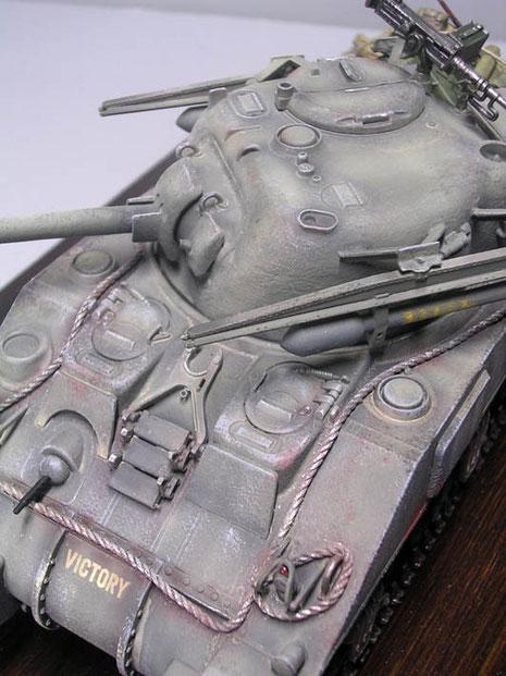 Am Bug die Rohrstützte und Ersatzkettenglieder.