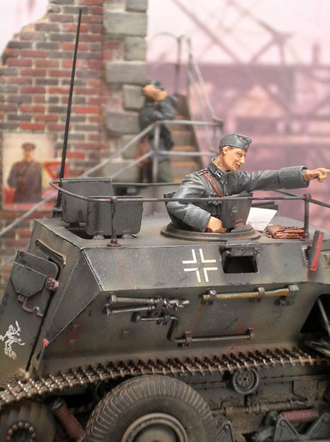 Der Artilleriebeobachter sitzt in dem geöffneten Luk.