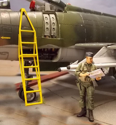 Einstiegsleiter mit geöffneten Waffenschächten.