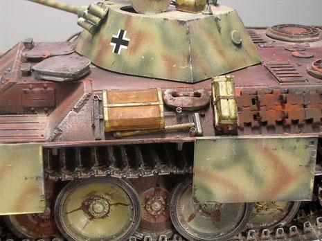 Auch das serienmäßige Werkzeug wurde für den Fronttest mit angebracht und von einem Altfahrzeug übernommen. Beachte die SChweißnähte und die verzahnten Panzerplatten des Aufbaues.