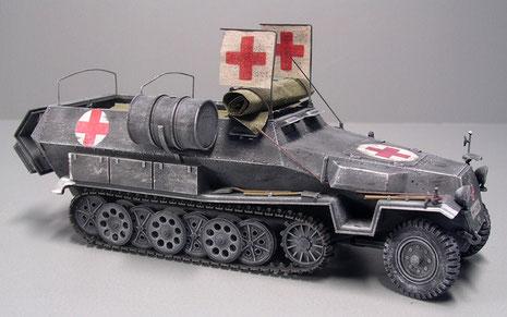 Dieses Modell kommt in dem bis 1942 noch gültigem Panzergrau daher. Ohne Nationalkennzeichen, nur mit großformatigen Rot-Kreuz-Zeichen.