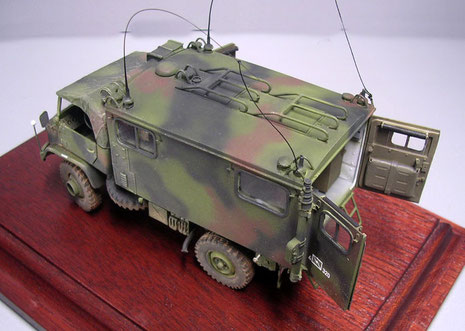 Der NATO Tarnanstrich verwischt deutlich die eckigen Konturen des Fahrzeuges. Oben auf dem Dach die Schutzrelinge für die Dachluken, die besonders im Sommer lebensnotwendig sind für die Insassen.