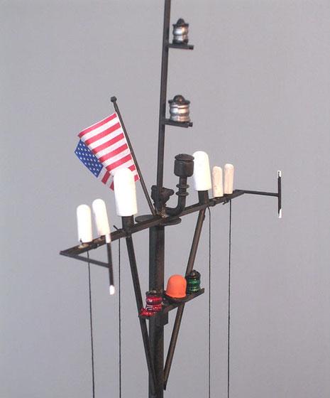Mastaufbauten mit Funkantennen, Radareinheiten und Positionsleuchten.