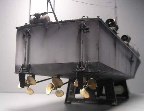 Drei Schrauben treiben die Vosper-Boote auf über 40 Knoten schnell an.