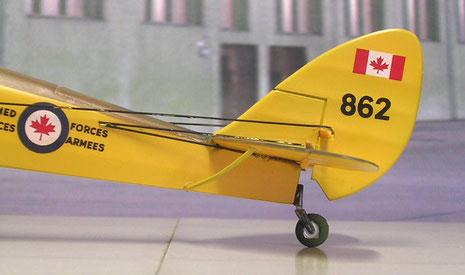 Seilzüge zu Seiten- und Höhenruder endeten vorne beim Cockpit. Beachte das Ahornblatt der kanadischen Kennung.