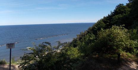 Mit 59 Meter der höchste Punkt von Usedom: der Streckelsberg-die betonierte Flugbahnbeobachtungsstelle wurde als Wellenbrecher vor die Steilküste ins Meer gekippt.