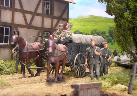 Der zweispännige Panjewagen trug oft die Ausrüstung der marschierenden Truppe.
