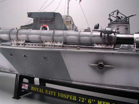 Die großen Kühlwasseraustrittsrohre beherrschen den Rumpf. Beachte das Tarnmuster auf den Torpedorohren.