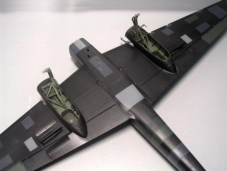 Auch an der Unterseite die Sgment-Tarnung mit den vorbereiteten Fahrwerksschächten.