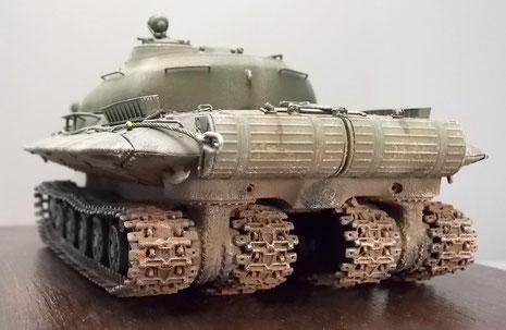 Wuchtige Heckpartie mit den beiden Zusatztanks und den jeweilen Kettenpaaren mit ihren beiden Antriebsstängen.