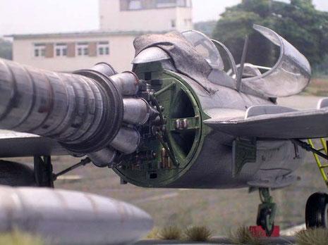 Das Triebwerk beginnt direkt hinter dem Cockpitabschnitt.