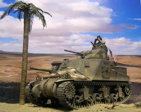 Die US Kampfpanzer wurden 1942 in ihrer olivgrünen Tarnung angeliefert. Schnell liess Staub und Sand sie mit dem Wüstenterrain verschmilzen.