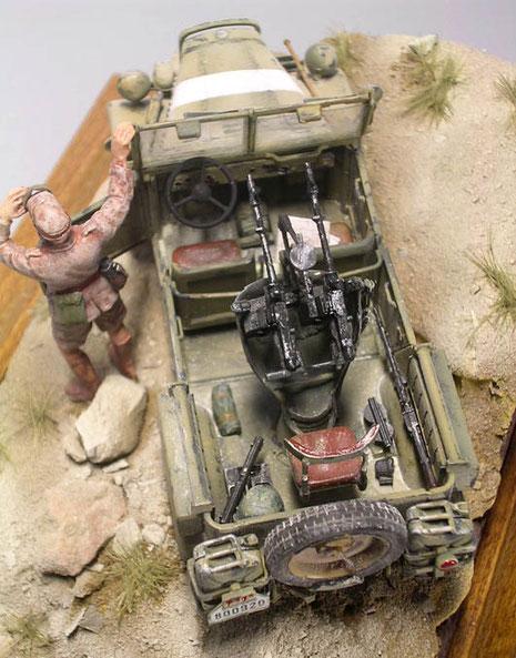 Im Fahrzeuginnern machen zahlreiche Ausrüstungsgegenstände die Szene lebendiger.