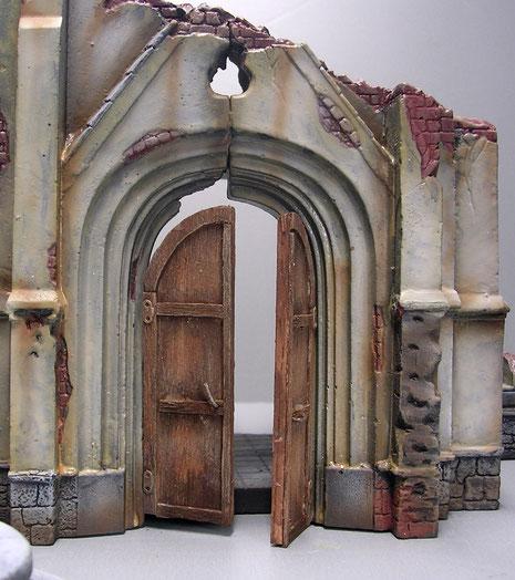 Die große Holztür ist Eigenbau aus Balsaholz und Draht, sowie einigen Ätzteilen als Scharnieren.
