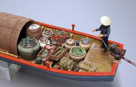 Frau am Steuer! Kleiner Bootsmotor an langer Schraubenwelle.