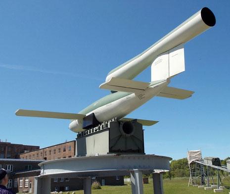 V1 Flügelbombe auf einem Teilstück der Abschussrampe aufgebaut.