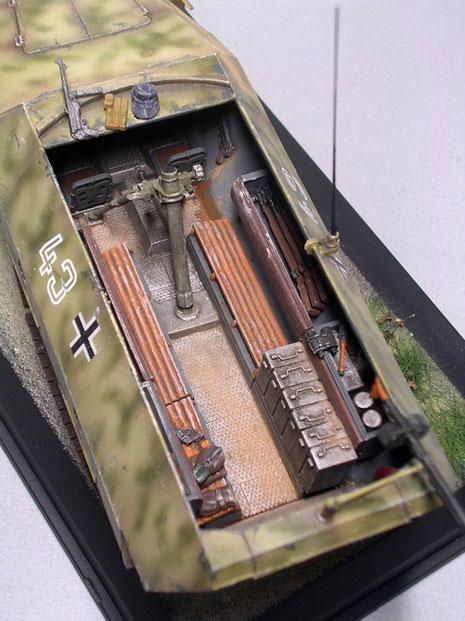 Der Granatwefer ist wie bei dem C-Modell mittig im Kampfraum eingebaut, die entsprechende Munition reduziert die Zahl der Sitzplätze.
