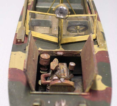 Der kleine Motor vorne, dahinter ein Suchscheinwerfer und die beiden Fahrersitze.