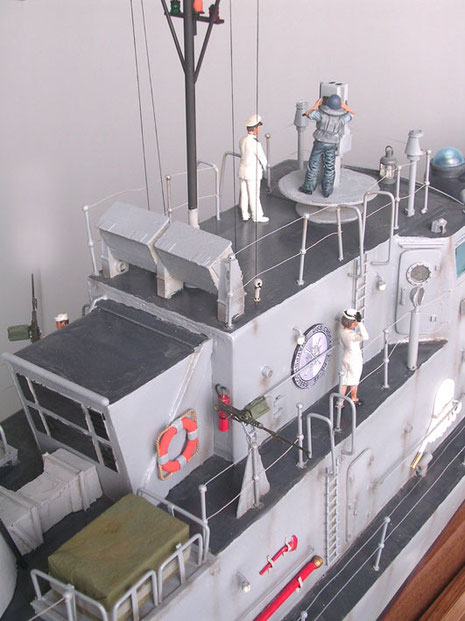 Brückenaufbau mit Besatzungsmitgliedern.