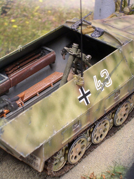 Über den Sitzbänken Halterungen für Karabiner und Ausrüstung.