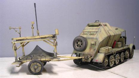 Für den Marsch wurde die Bodenplatte für die V2 auf einen Sonderanhänger gesetzt und von dem Feuerleitfahrzeug gezogen.