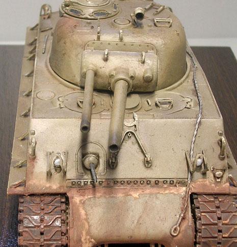 Hier ist die parallel Unterbrinung beider Waffen in der alten Blende deutlich sichtbar.