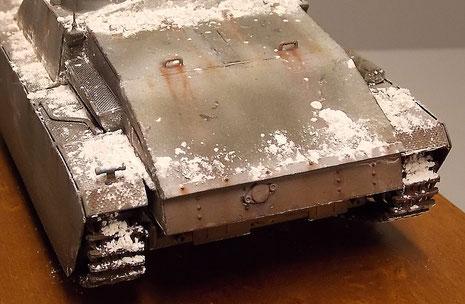 Das kantige Motordeck wurde mit leichten Stahlplatten verkleidet. Die Motorkühlung war dann sicher nicht ganz unproblematisch.
