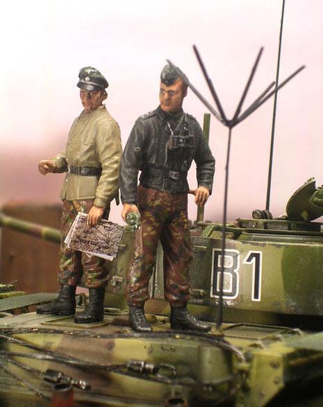 Die Panzerbesatzung trägt den bunten Uniformmix des letzten Kriegsjahres.