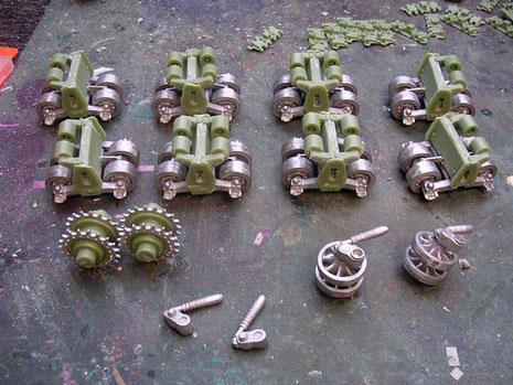 Erster Bauabschnitt sind die Boogies des Fahrwerks, schon hier eine Mischkombination aus Resin- und Metallteilen, hier hilft nur feilen, probieren , feilen..
