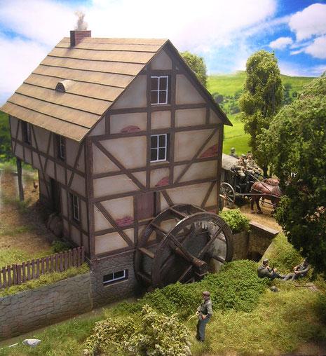 Die aufwendige Wassermühle am durchlaufenden Bach ist perfekt inszeniert!